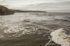浪潮起伏的水在Whitby,冬天下午 库存照片
