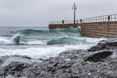 浪潮起伏的码头 库存照片