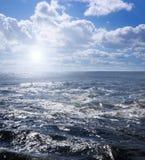 浪潮起伏的水在一个夏日 免版税库存图片