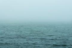 浪潮起伏的水有雾的早晨 免版税库存照片