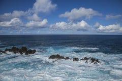 浪潮起伏的水,波尔图莫尼兹,马德拉岛,葡萄牙 图库摄影