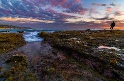浪潮水池反射和云彩在拉古纳海滩,加州 免版税库存照片