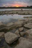 浪潮水池和日落 免版税库存照片