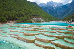 浪端的白色泡沫在Lijiang中国的河瀑布 库存图片