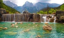 浪端的白色泡沫在Lijiang中国的河瀑布 免版税库存图片