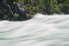浪端的白色泡沫步行的尼亚加拉河在加拿大 库存照片