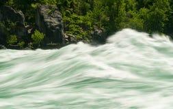 浪端的白色泡沫步行的尼亚加拉河在加拿大 免版税库存图片