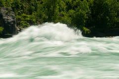 浪端的白色泡沫步行的尼亚加拉河在加拿大 库存图片