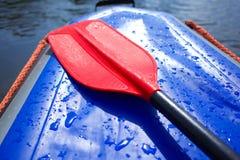 浪端的白色泡沫漂流的桨 免版税库存图片