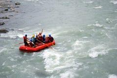 浪端的白色泡沫用筏子运送 免版税库存照片