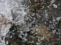 水浪花在石头的 库存照片