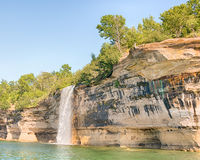 浪花秋天,湖岸被生动描述的岩石国民, MI 库存图片