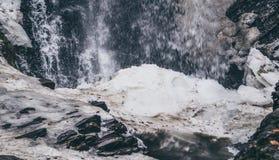 水浪花  山瀑布在早期的春天 本质强制 库存照片