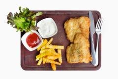 浪费鱼排供食用在白色b的炸薯条 库存图片