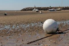 浮体和小船是不合格在La Bernerie enRetz (法国)的海滩 免版税库存照片