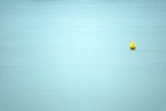 浮体在海(最小的射击) 免版税库存照片
