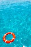 浮体橙色浮动在理想的热带海滩 库存图片
