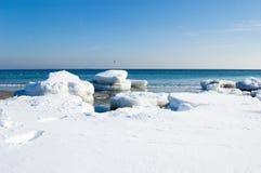 浮冰冰海边 免版税库存照片