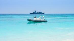 浮动军事速度巡逻巡洋舰小船和军舰有直升机的 免版税库存图片
