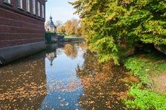 浮动在一条老运河的秋叶 免版税库存照片