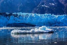浮动在冰河海湾Nati的冰川表面前面的Iceberf 库存照片