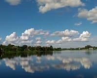 浮动在天空的云彩 免版税库存照片