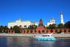 浮动在河的小船在莫斯科克里姆林宫的背景中 库存图片
