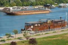 浮动夜总会和驳船在萨瓦河在贝尔格莱德 库存照片