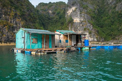 浮动小屋在下龙湾 免版税图库摄影