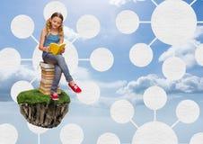 浮动岩石平台的女孩在天空与心智图连接器的阅读书连接 免版税库存图片