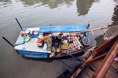 浮动市场在下龙湾,越南 免版税库存照片