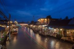 浮动市场在晚上在Amphawa, Samut Songkhram,泰国 库存图片