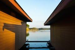 浮动房子和蓝天橙色墙壁  免版税库存图片