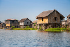 浮动房子在Inle湖村庄  免版税库存图片