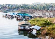 浮动木筏,对星期一村庄的竹桥梁 库存图片