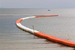 浮动橙色和白色浮体线指示的安全区的 免版税图库摄影