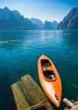 浮动橙色独木舟或皮船在Rajjaprapha水坝 库存照片