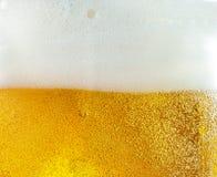 浮动泡影接近的看法在低度黄啤酒纹理的 免版税库存图片