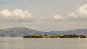 浮动海岛在普诺附近的喀喀湖 库存图片