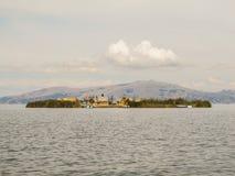 浮动海岛在普诺附近的喀喀湖 免版税库存照片