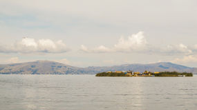 浮动海岛在普诺附近的喀喀湖 免版税库存图片