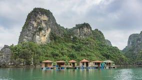 浮动渔村和岩石海岛在下龙湾,越南 免版税库存图片