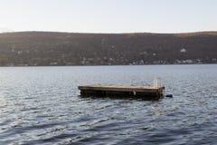 浮动游泳木筏在Greenwood湖(NY) 库存图片
