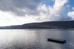浮动游泳木筏在Greenwood湖(NY) 免版税库存图片