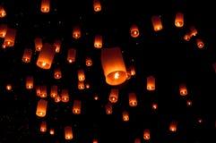 浮动灯笼,伊彭气球节日在Chiangmai泰国 免版税库存照片