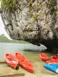 浮动独木舟或皮船下在Angthong全国海岸公园 库存图片