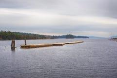 浮动甲板看法牡蛎海湾的, Ladysmith镇, BC,与 免版税库存图片