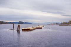 浮动甲板看法牡蛎海湾的, Ladysmith镇, BC,与 免版税图库摄影