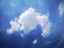 浮动白色云彩和蓝天在夏天 免版税库存图片