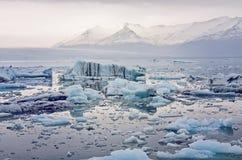 浮动的冰川冰山jokulsarlon盐水湖 免版税库存照片
